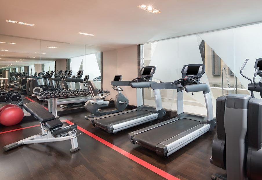 Sheraton Fitness, otvorený 24/7, ponúka špičkové fitness vybavenie prestížnej značky LifeFitness
